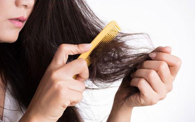peine sobre cabello seco