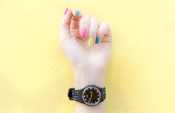 Diseño de uñas multicolor