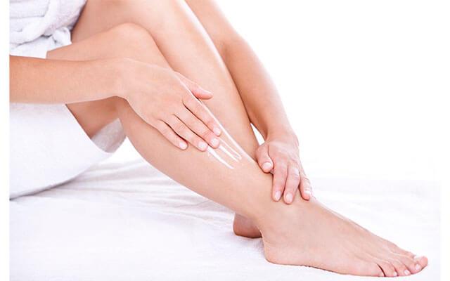 La crema de pies es importante para rehidratarlos por la sequedad que crea el frio