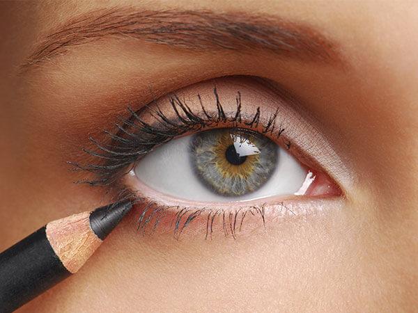 Eyeliner en forma de lápiz pintando un ojo